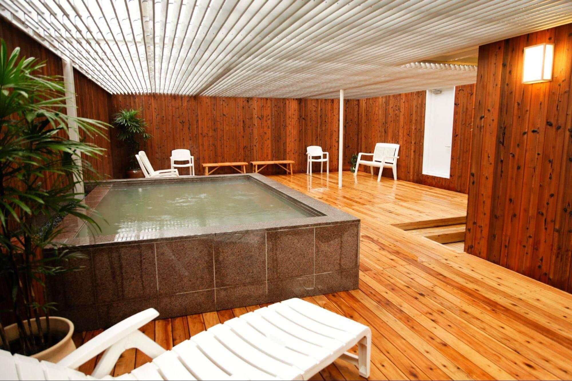 アイキャッチ:天然水かけ流しの水風呂と「神戸ウォーター」が楽しめる「神戸ク …