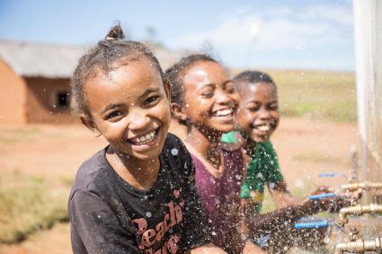 学校に完成した給水設備で手を洗う子どもたち(マダガスカル)