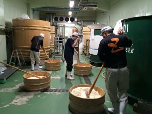 若い蔵人が日本酒造りの伝統を引き継ぐ