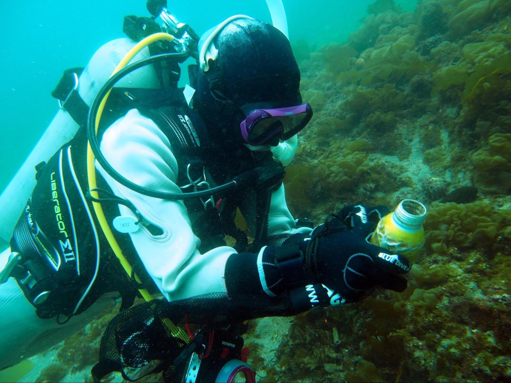 アイキャッチ:美しい海を未来に残したい。ダイビング中にごみを拾うクリーンア …