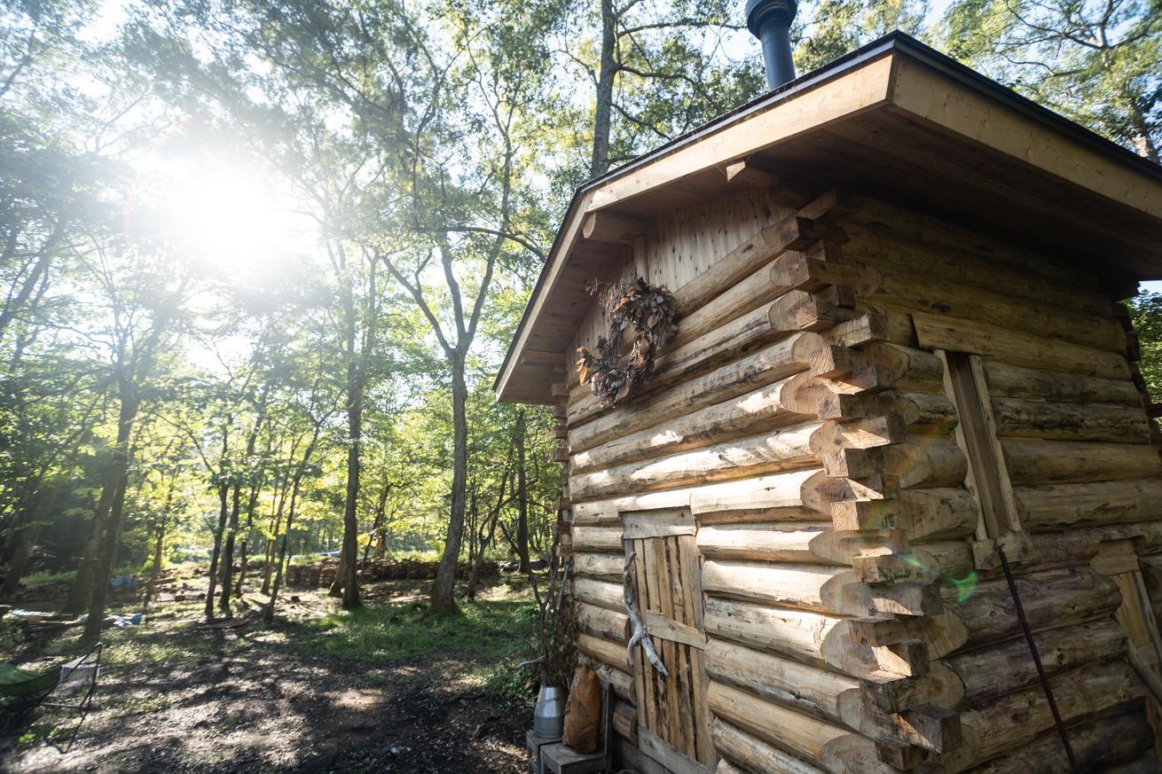 アイキャッチ:天然の水風呂と四季を楽しむ。LAMP「アウトドアサウナ」体験 …
