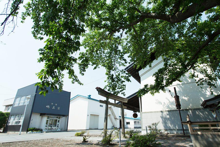 アイキャッチ:八甲田山・奥入瀬川の伏流水で仕込まれる鳩正宗の酒造りに迫る