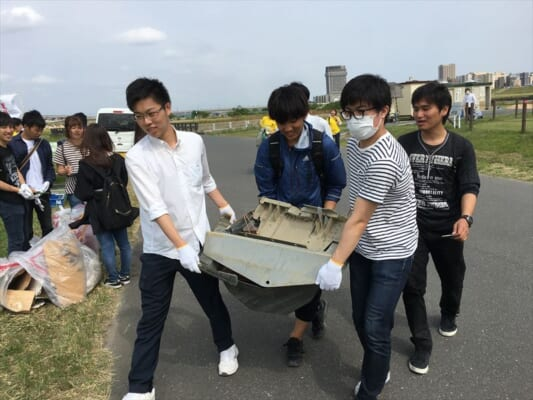 ゴミを運ぶ学生の様子