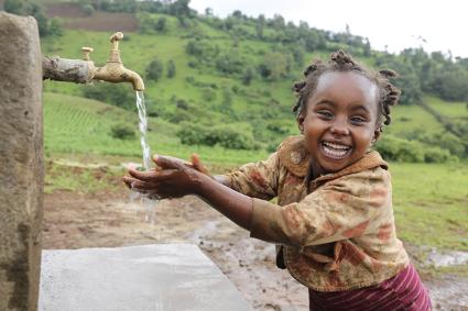 WaterAidが設置した給水設備を使う子ども(エチオピア)