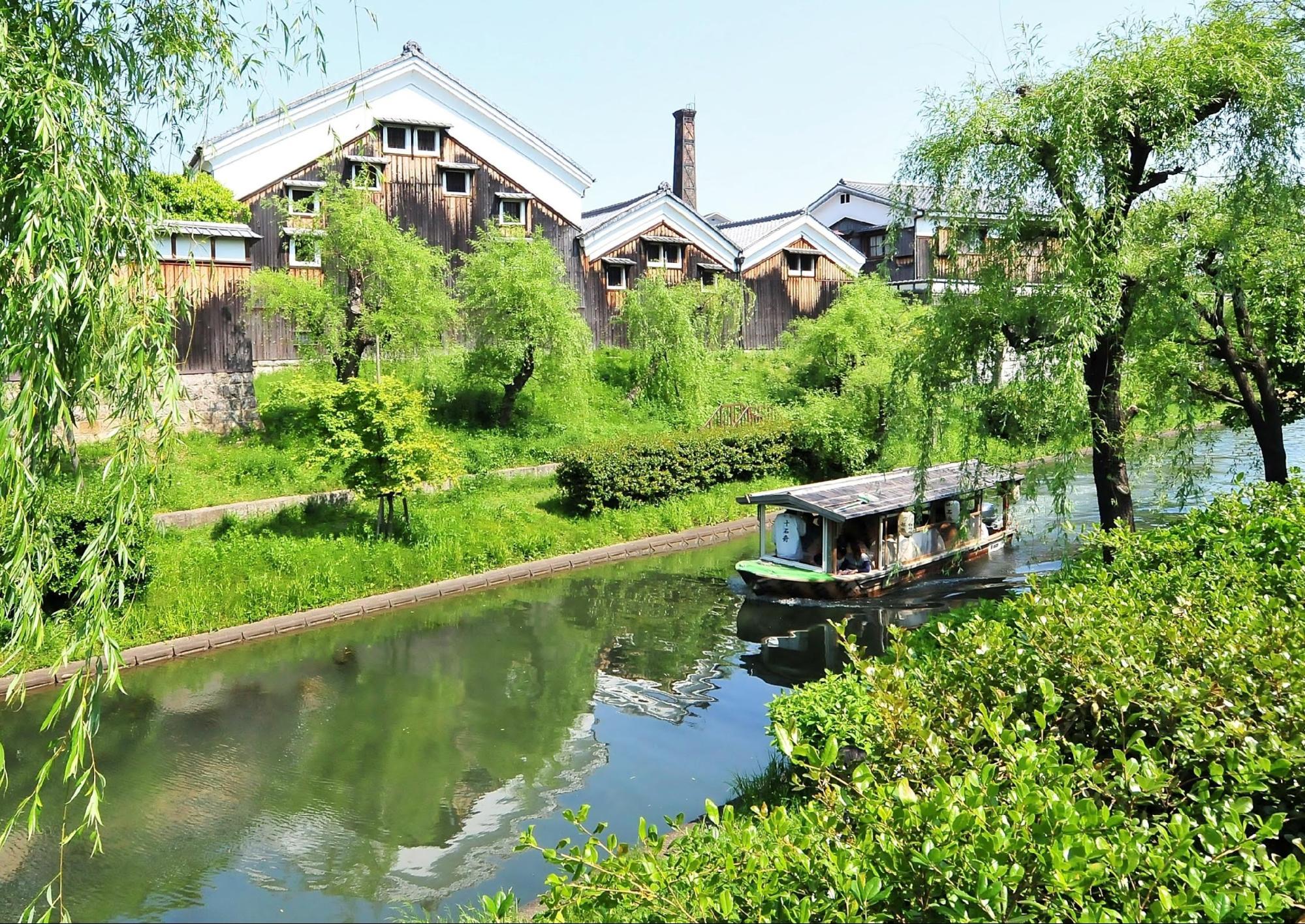 水路を行く観光用の十石舟
