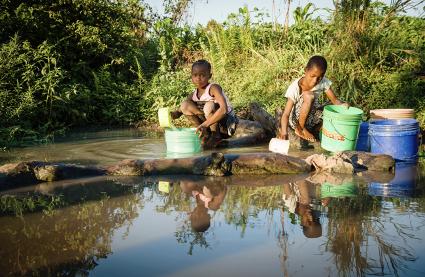村の近くに給水設備がないため、不衛生な水をくむ女の子たち