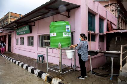 手洗いステーションで手を洗う管理者