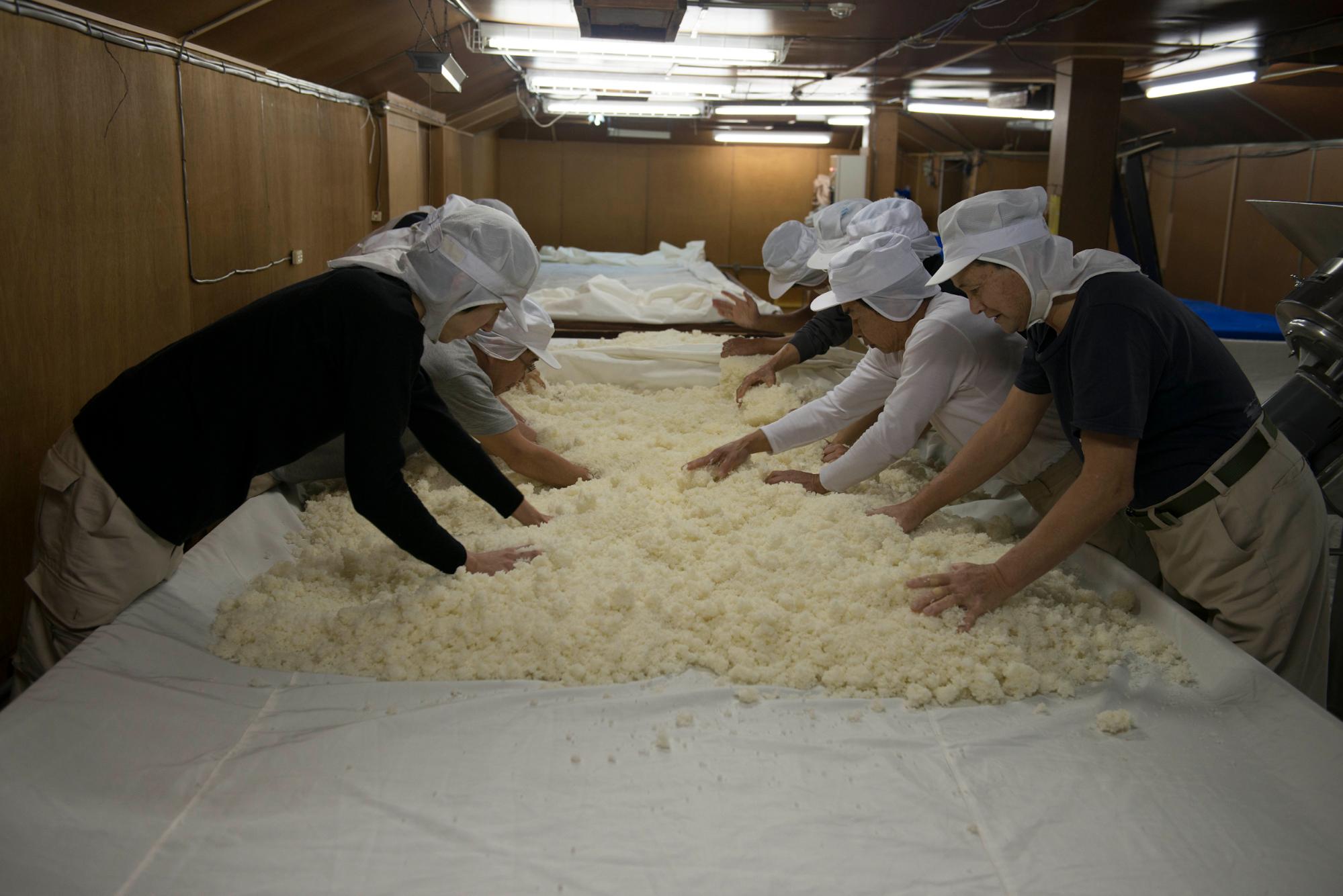すべて手作業で行われる米麹づくり