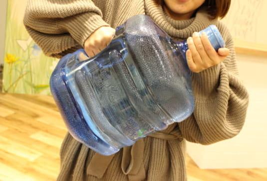 ボトル交換をしている女性の写真