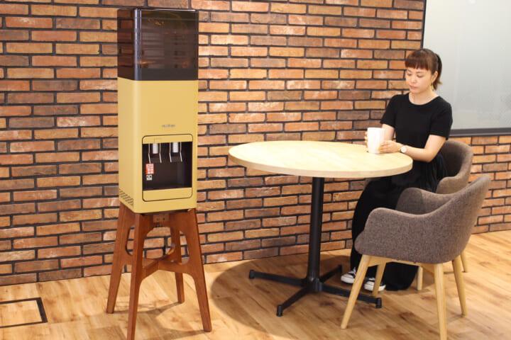 プレミアムウォーターamadanaウォーターサーバーとカップを持った女性モデル